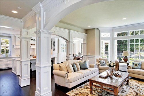 Large living room with white pillars